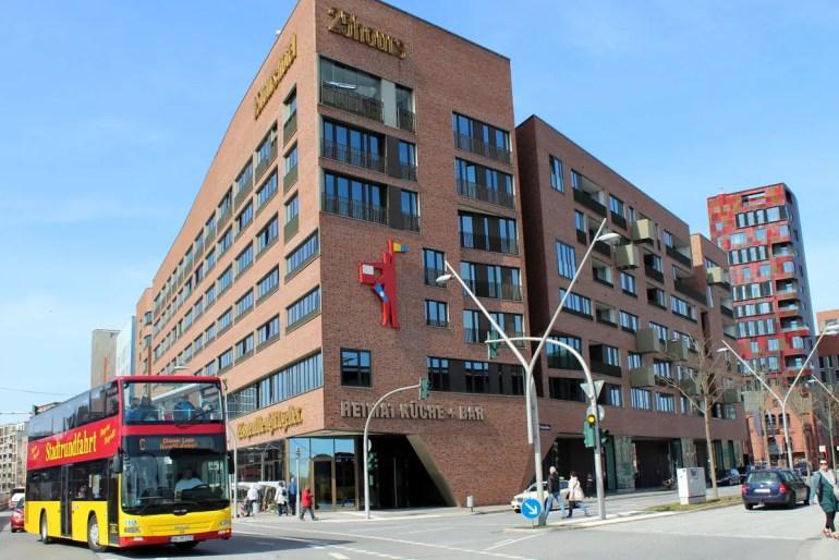 Das 25hours Hotel Hamburg Hafencity liegt mitten in Hamburgs neuestem Stadtteil - und damit natürlich auch auf der Route der Sightseeingbusse