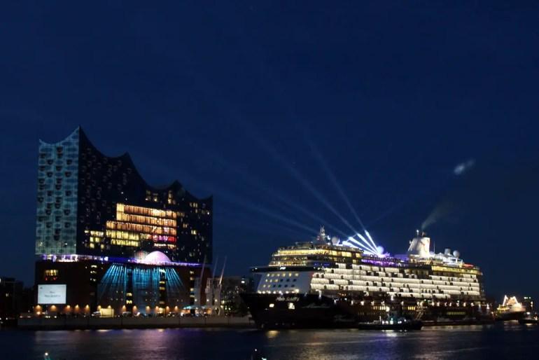 Die Elbphilharmonie dient mittlerweile auch als Großleinwand für Schiffstaufen