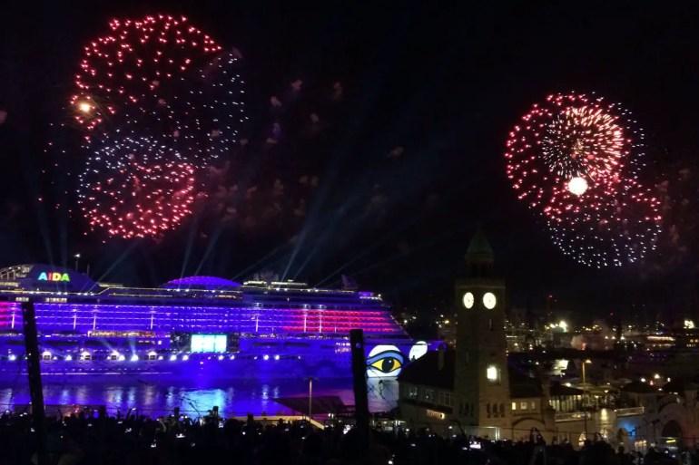 Krönender Abschluss beim Hafengeburtstag ist das Feuerwerk - oft verbunden mit einer Schiffstaufe