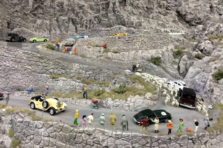 Die Fahrer der Mille Miglia müssen sich den Weg durch die Schafherde bahnen