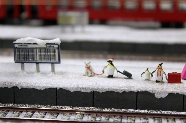 Familie Pinguin wartet auf den Zug