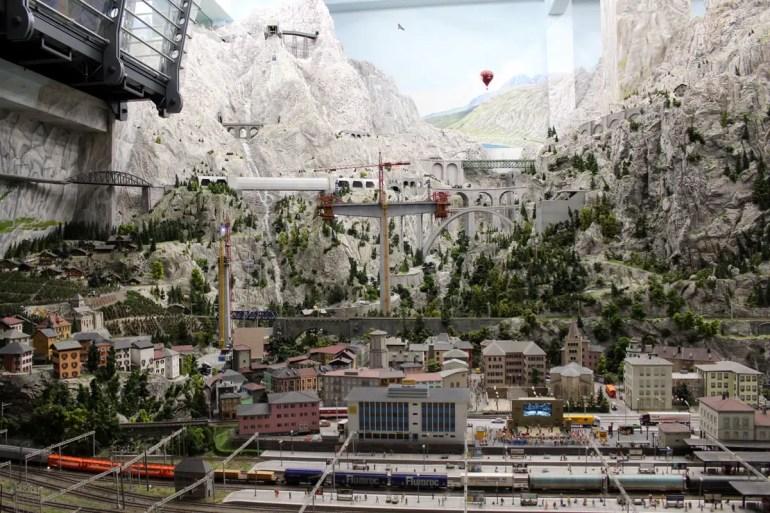 Durch die Berge der Schweiz fahren die Züge von einer Etage in die nächste