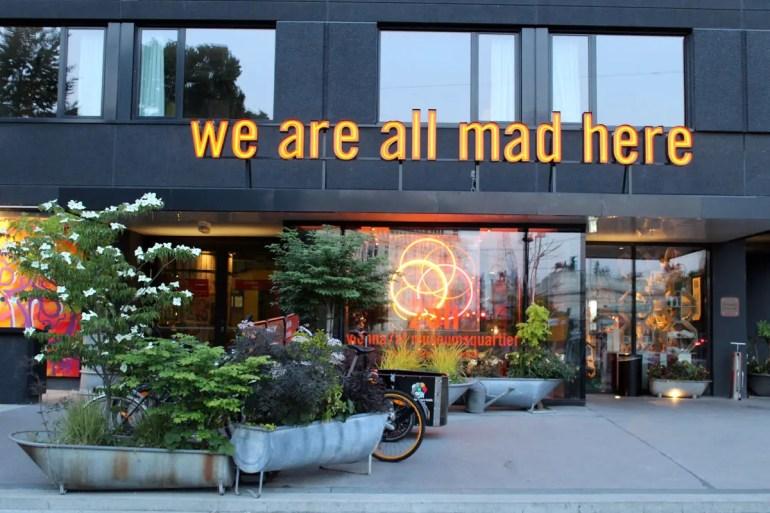 """""""We are all mad here"""" - schon am Eingang wird klar, dass das hier kein normales Hotel ist"""