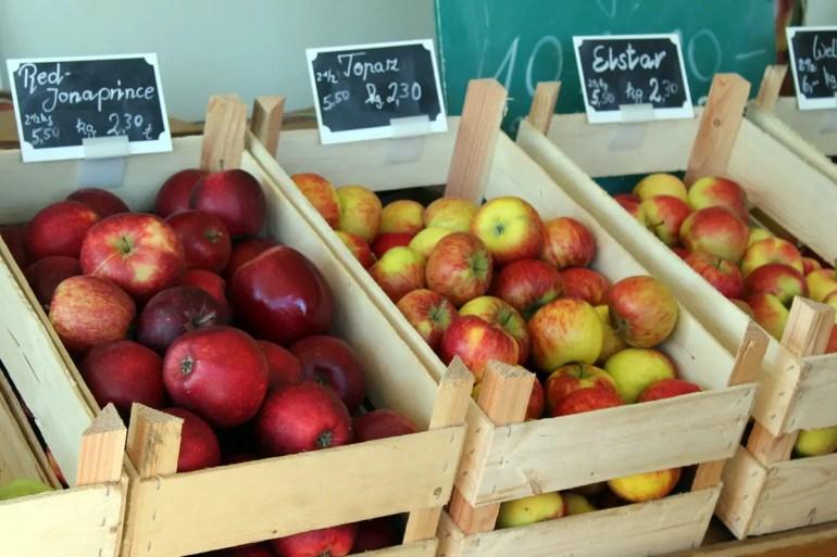 In den Hofläden der Obsthöfe findest du die verschiedensten Apfelsorten