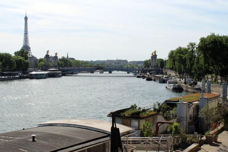 Entlang der Seine liegen zahlreiche Hausboote an den Ufern - wie hier mit Blick auf den Eiffelturm