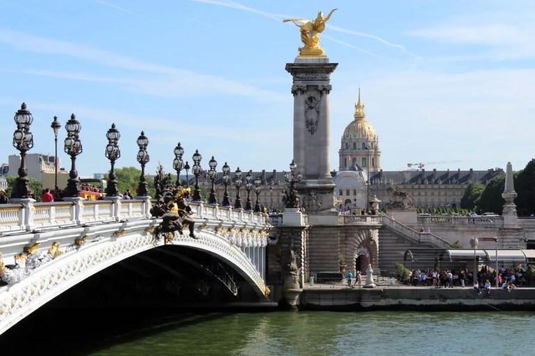 Die Pont Alexandre III ist vielleicht die schönste Brücke über die Seine - im Hintergrund der Invalidendom
