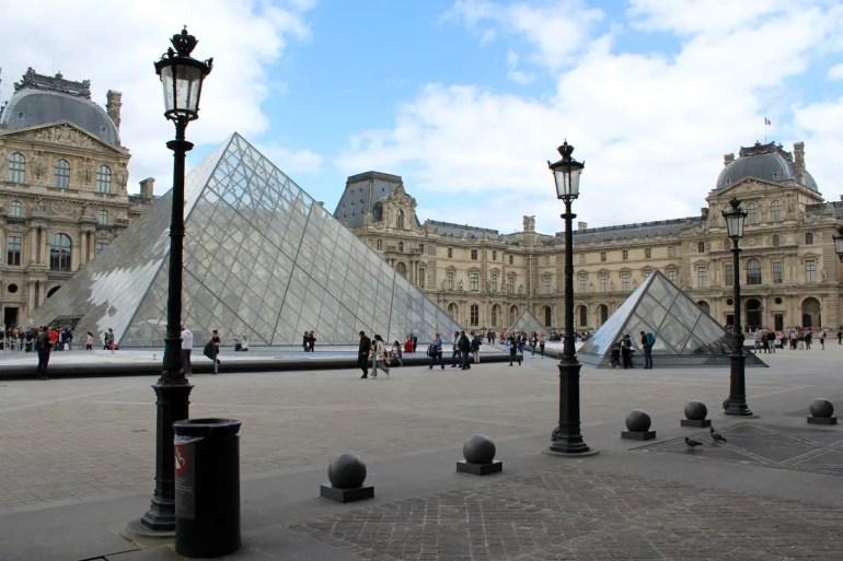 Sehenswerte Architektur: der Louvre mit seinen Pyramiden