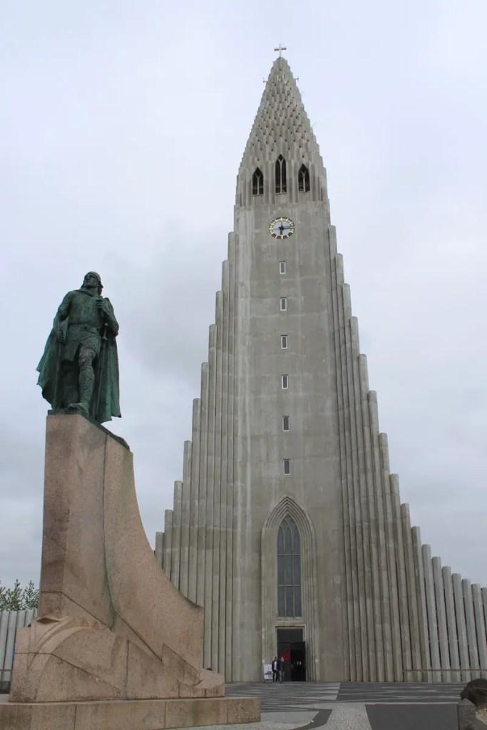 Vor Reykjavíks Wahrzeichen der Hallgrímskirkja steht eine Statue des Wikingers Leif Eriksson