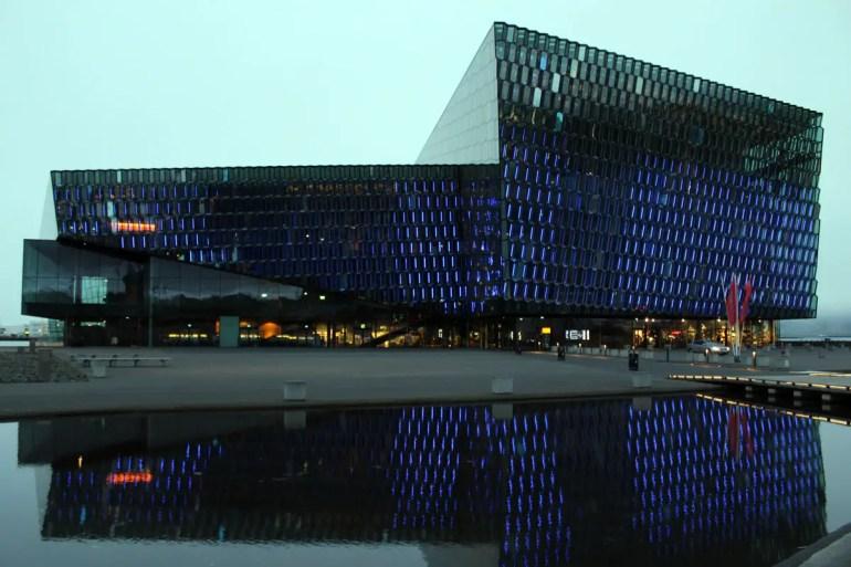 Abends liefert Reykjavíks Konzerthaus Harpa ein buntes Lichterspiel