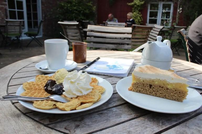 Einfach lecker: Kuchen und eine frische Friesenwaffel mit Pflaumenmus und Sahne