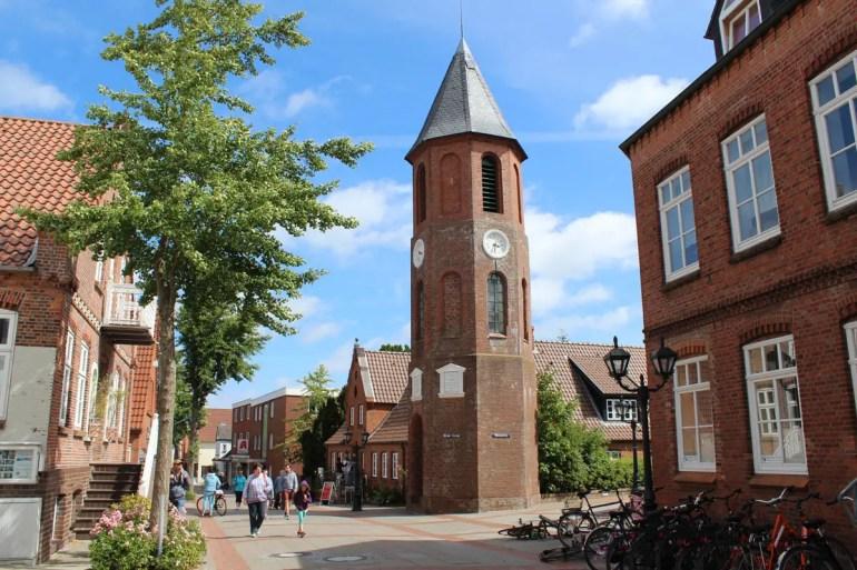 Der Glockenturm ist eines der Wahrzeichen in Wyk