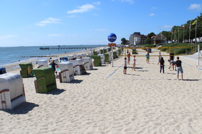Am Wyker Stadtstrand kannst du relaxen, schwimmen und Beachvolleyball spielen