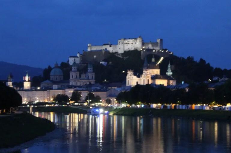 Romantisch: Salzburgs Altstadt mit der Festung Hohensalzburg am Abend