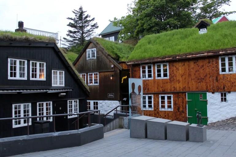 Auch im Zentrum von Tórshavn stehen noch viele historische Häuser mit Grassodendächern
