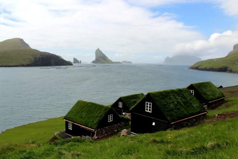 In Bøur scheint die Zeit stillzustehen - und der Blick geht auf die Felsformationen von Drangarnir und Tindhólmur