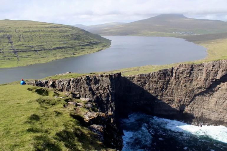 Atemnberaubendes Wahrzeichen der Färöer Inseln: der See Leitisvatn