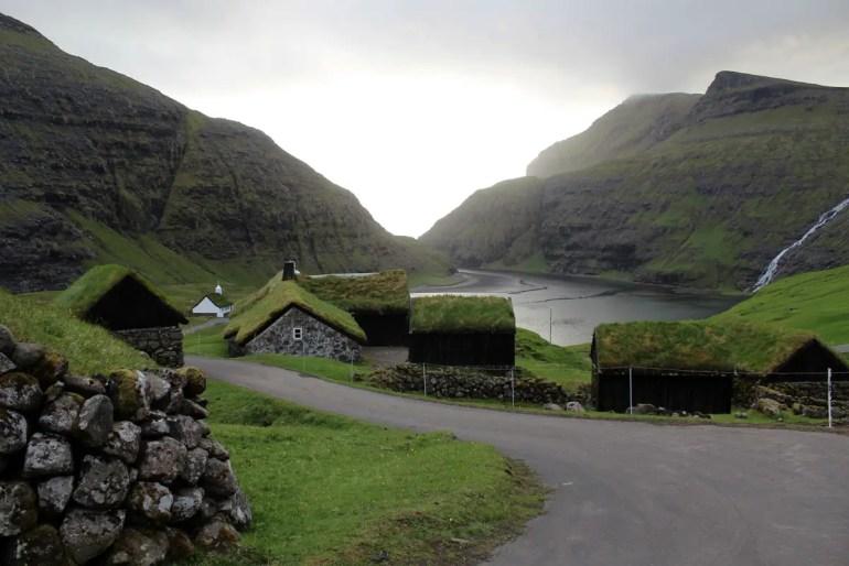 Im Dörfchen Saksun mit seinen Grassodendächern findest du auch ein Freilichtmuseum