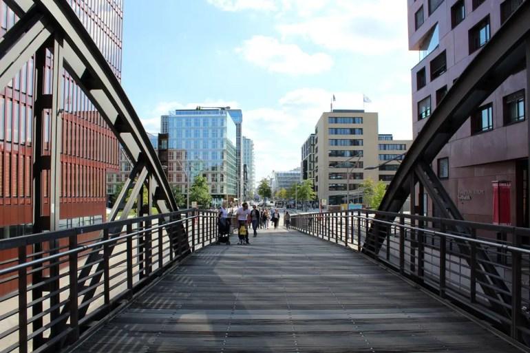 Über Brücken wie den Kibbelsteg kommst du von der Speicherstadt direkt in die HafenCity