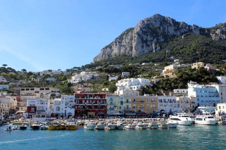 Die Ausflüger kommen im Hafen von Capri in Marina Grande an