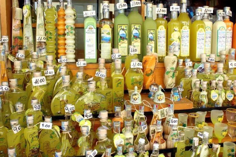 Limoncello gibt es im Golf von Neapel überall zu kaufen