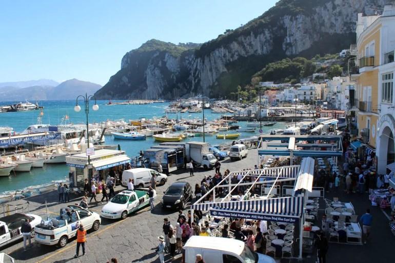 Fast wie ein Wimmelbild: der Hafen von Capri