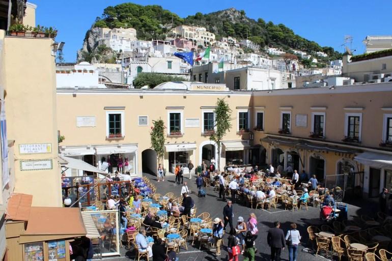 Dreh- und Angelpunkt: die Piazza Umberto in Capri