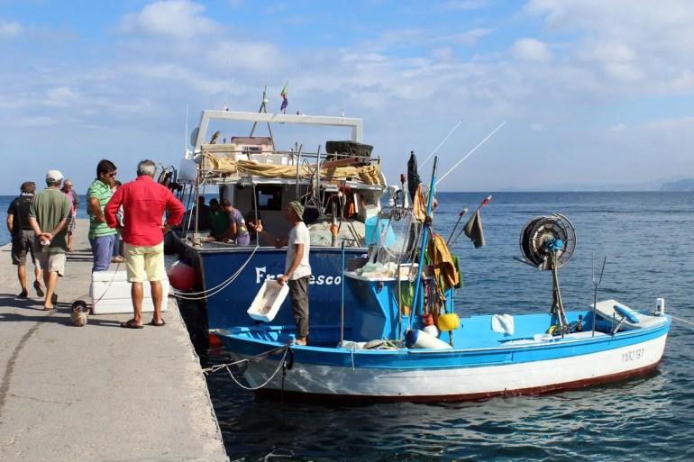 In Ischia Ponte verkaufen die Fischer am Morgen ihren Fang