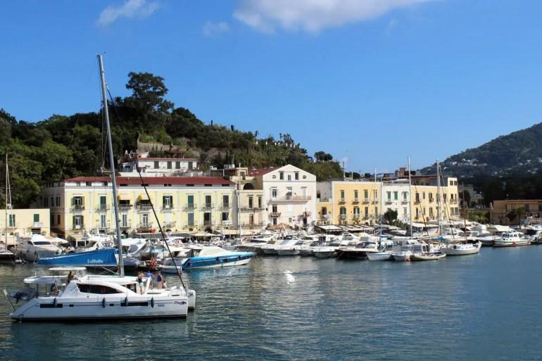 An der Hafenpromenade von Ischia Porto gibt es zahlreiche Restaurants