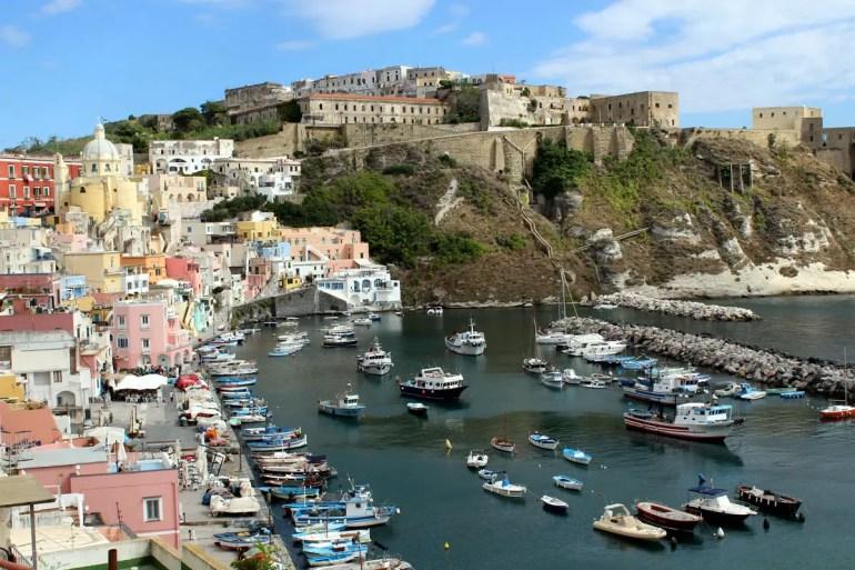 Über dem Fischerhafen liegt mit Terra Murate das alte Zentrum der Insel