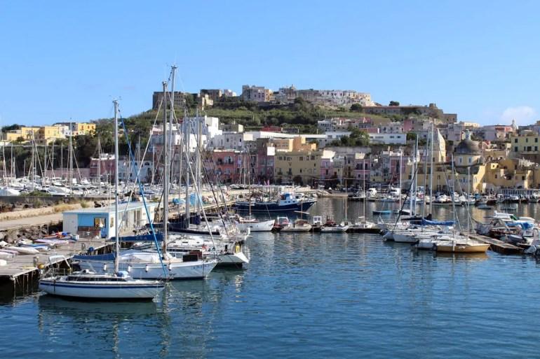 Die bunten Häuser von Marina Grande begrüßen bei der Hafeneinfahrt