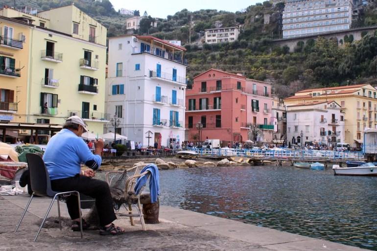 An der Marina Grande sitzen am Vormittag die Fischer und flicken ihre Netze