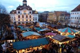 Der Weihnachtsmarkt vor dem historischen Rathaus in Lüneburg