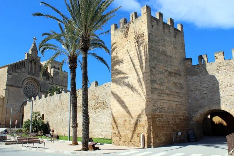Highlight in Alcudia ist die erhaltene Stadtmauer