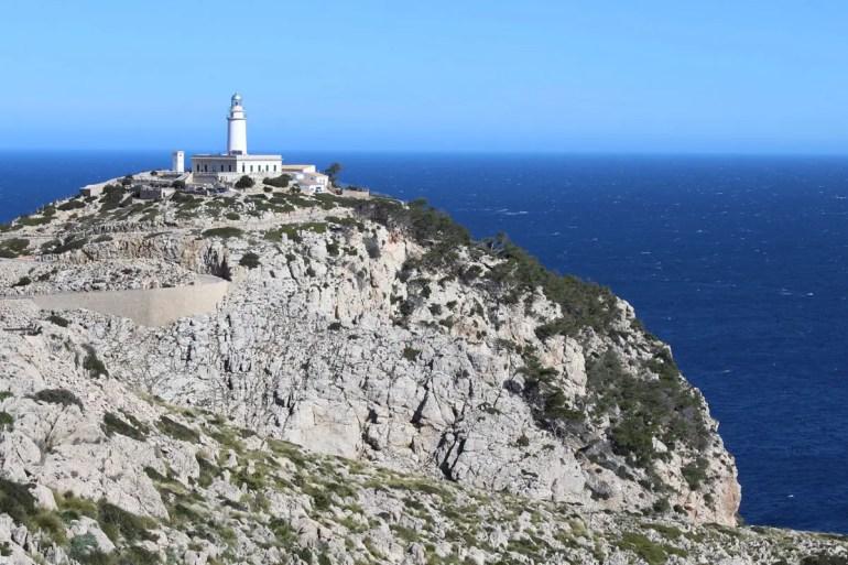 Am Ende der Küstenstraße thront der Leuchtturm über dem Cap de Formentor