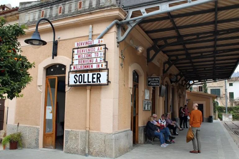 Am Bahnhof von Soller kommt die Bahn aus Palma an