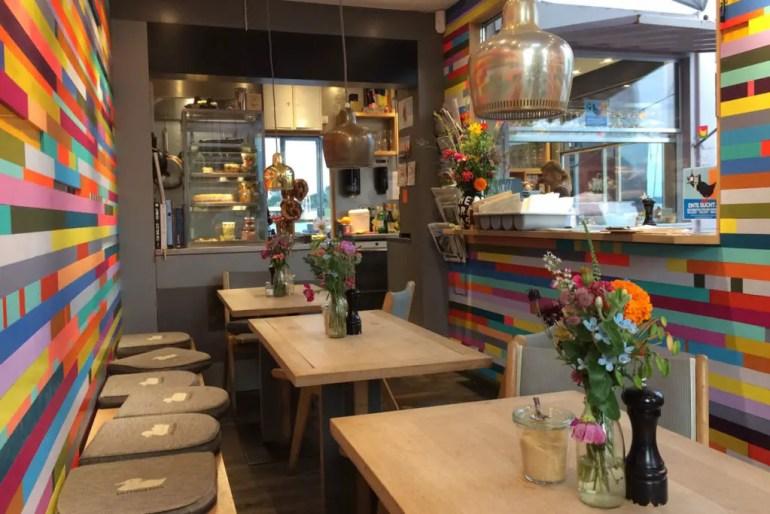 Kunterbunt: Der alte Schiffscontainer ist das Herzstück vom Café Entenwerder 1