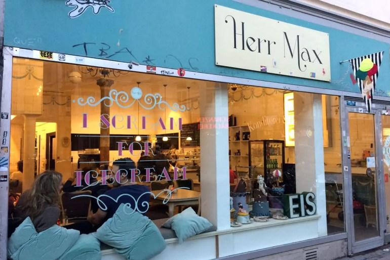 Innen und außen bunt: Das Café Herr Max in der Schanze