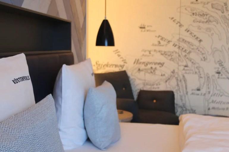 Die Wände der Hotelzimmer zieren Seekarten der Region