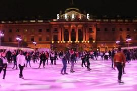 Londons schönste Schlittschuhbahn liegt vor dem Somerset House