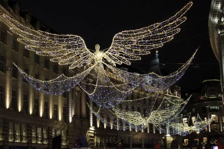 Die leuchtenden Weihnachtsengel scheinen über der Regent Street zu schweben