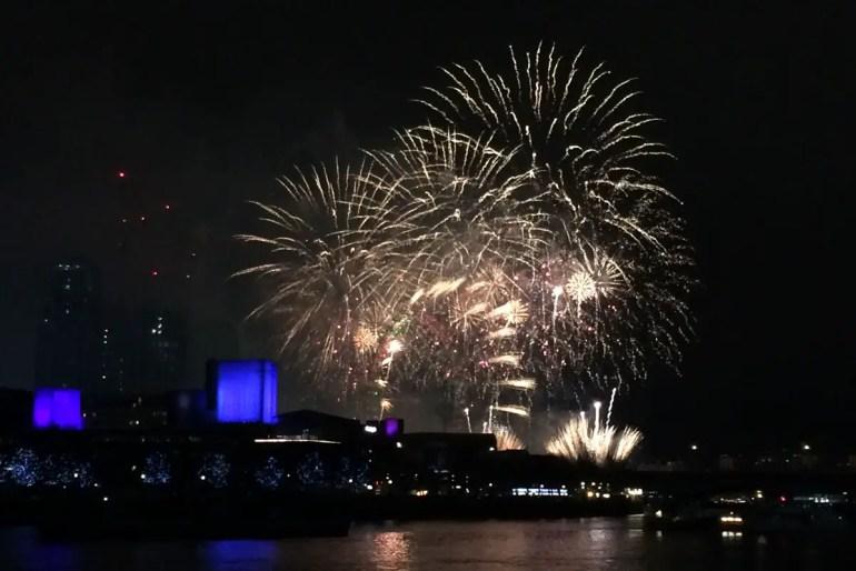 Spektakulär: das Feuerwerk über der Themse mit dem London Eye im Mittelpunkt