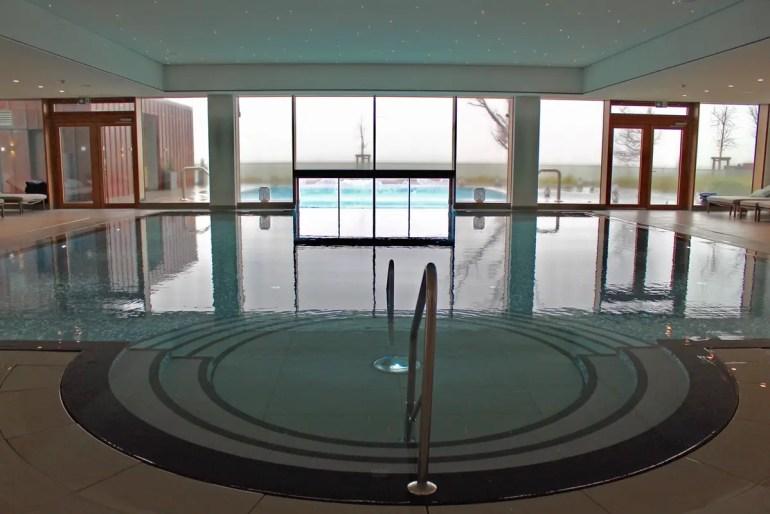 Mit Meerblick: der Pool im Upstalsboom Wellness Resort Südstrand auf Föhr