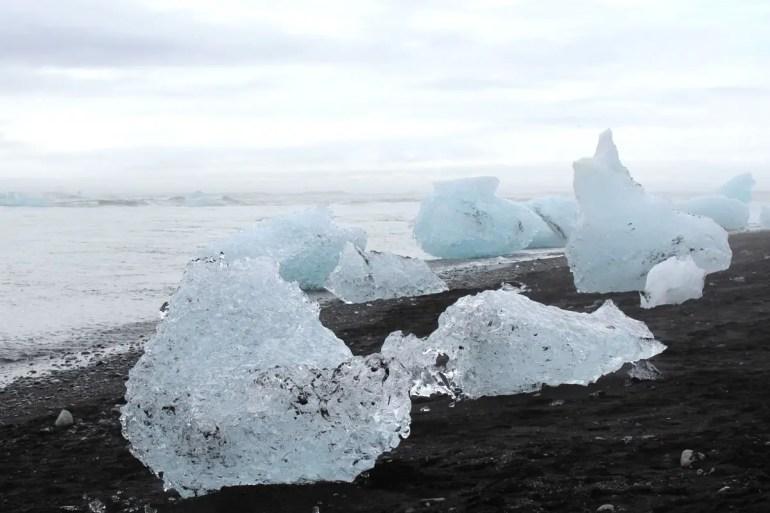 Wie Diamanten aus Eis: Am Diamond Beach liegen die Eisformationen auf dem schwarzen Sand