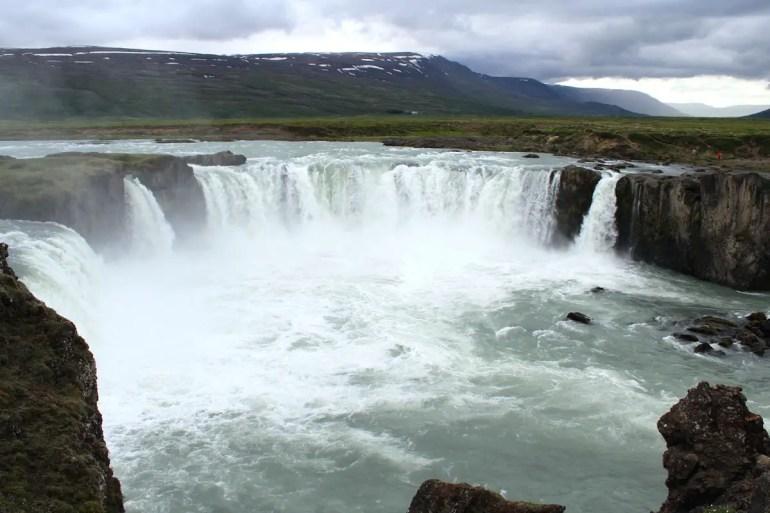 Der Goðafoss wird auch Götterwasserfall genannt und liegt direkt an der Ringstraße