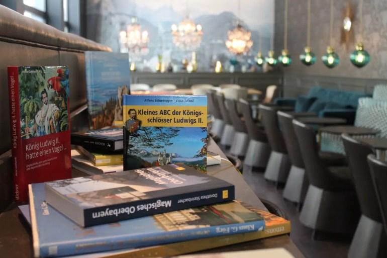 Eine Reihe von Büchern erinnert im Motel One am Sendliger Tor an König Ludwig II.