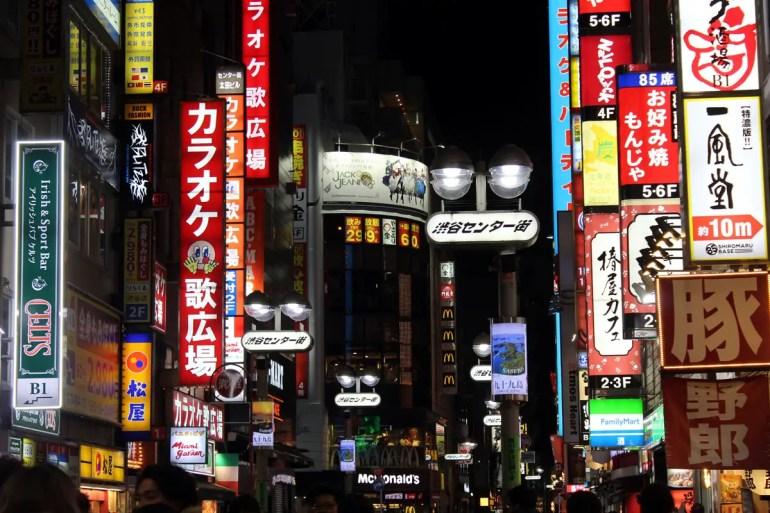 In Shibuya leuchten abends die Reklametafeln