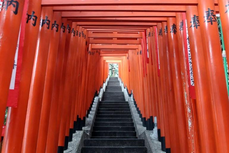 Die roten Tori im Hie Jinja Schrein in Akasaka
