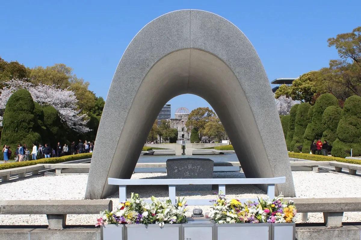 Das Manhmal für die Opfer der Atombombe gibt den Blick auf die Friedensflamme frei