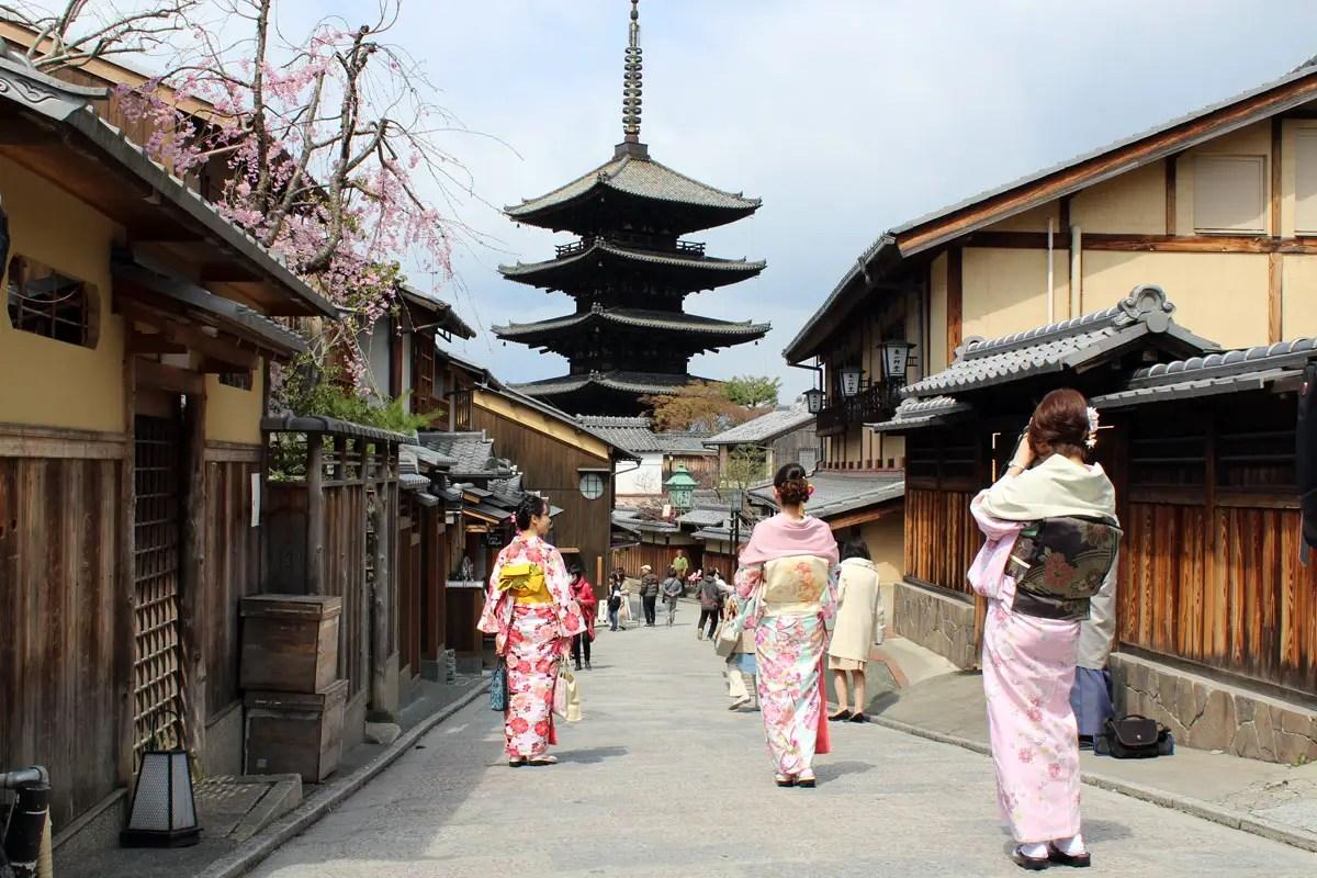 Im historischen Gion-Viertel sind viele verkleidete Mädchen in Kimono unterwegs