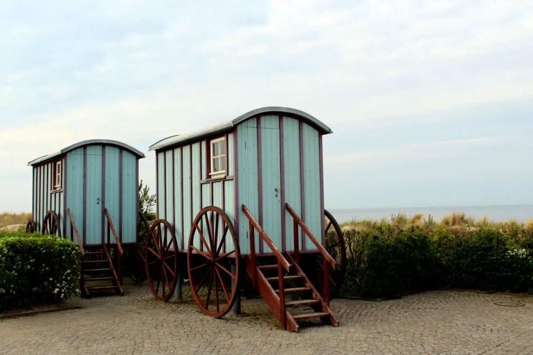 Die historischen Badewagen an der Strandpromenade in Bansin erinnern an vergangene Zeiten